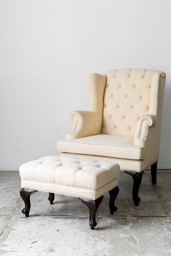 Beige Retro- Stuhl stockfoto