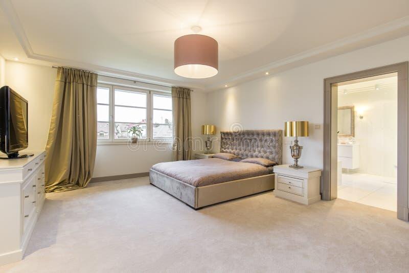 Beige Sovrum Med En Stor Säng Arkivfoto Bild av design, stil 85357086