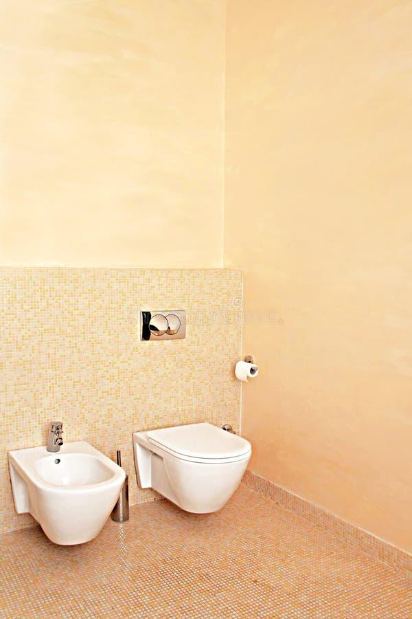 Beige Toilette stockfoto. Bild von hygiene, modern ...