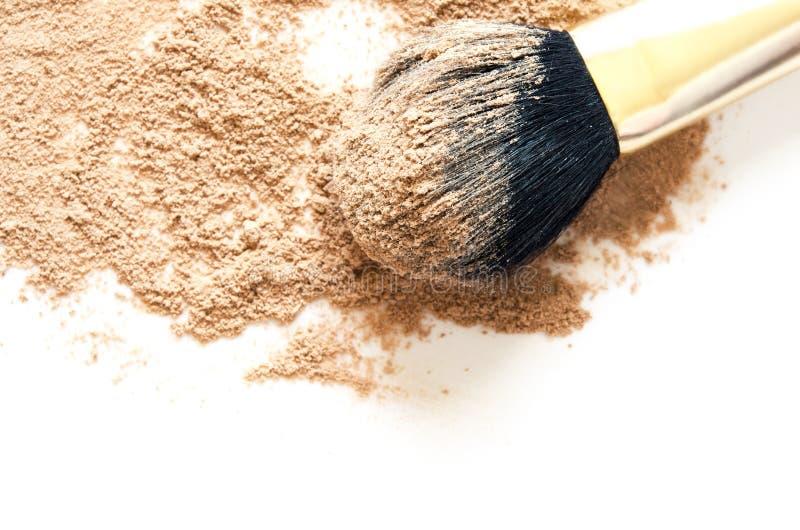 Beige verpletterd die gezichtspoeder voor make-up als steekproef van cosmetische product, op witte achtergrond wordt geïsoleerd stock afbeeldingen