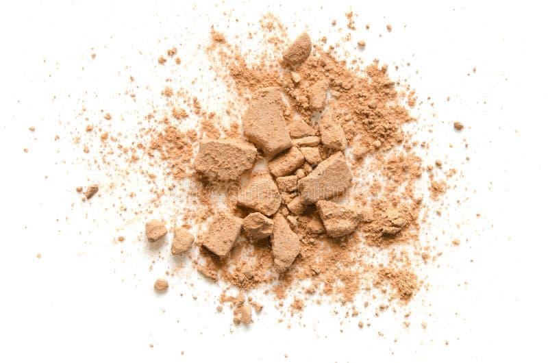 Beige zerschmetterte Gesichtspuder für Make-up als Probe des kosmetischen Produktes, lokalisiert auf weißem Hintergrund stockbilder