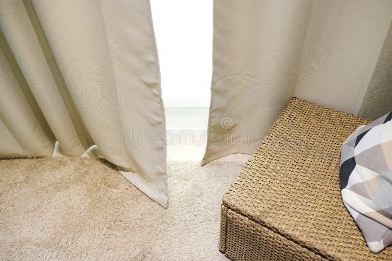 Beigea gardiner Vide- möblemang med kudden interiorvardagsrum för bild 3d arkivfoton