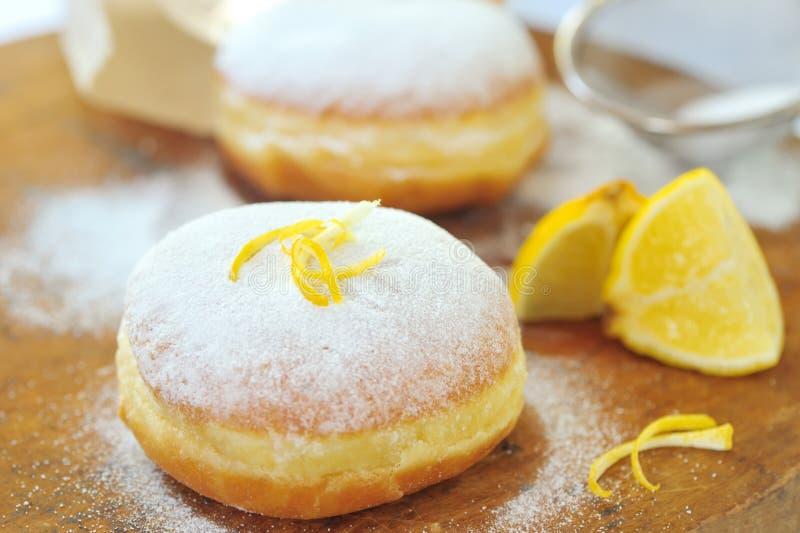 Beignet avec le citron image stock