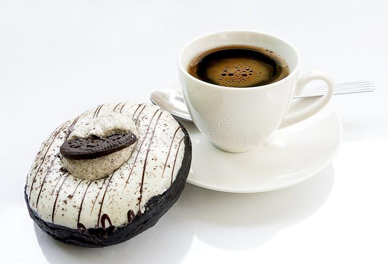 Download Beignet Et Tasse De Café Sur Le Fond Blanc Image stock - Image du fond, blanc: 87707565