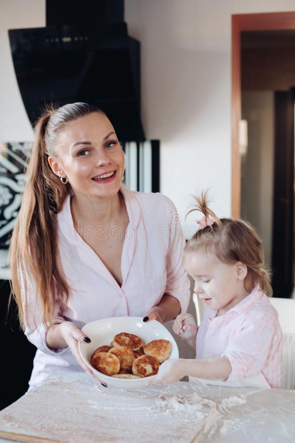 Beignet heureux de lait caillé cuit au four par apparence de mère et de fille images libres de droits
