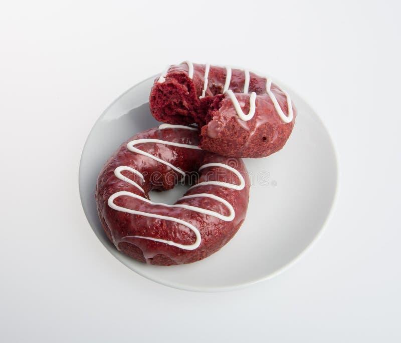 beignet ou beignet avec la morsure absente sur un fond images stock