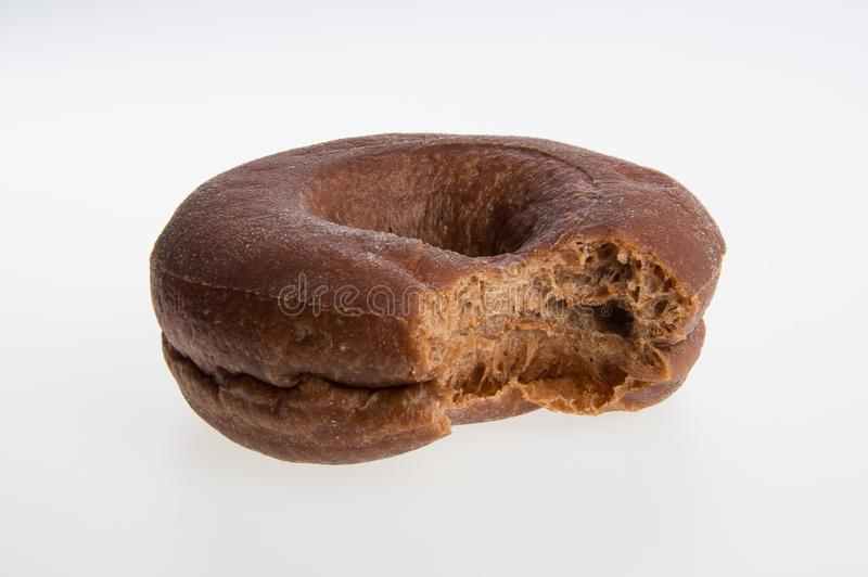 beignet ou beignet avec la morsure absente sur un fond images libres de droits