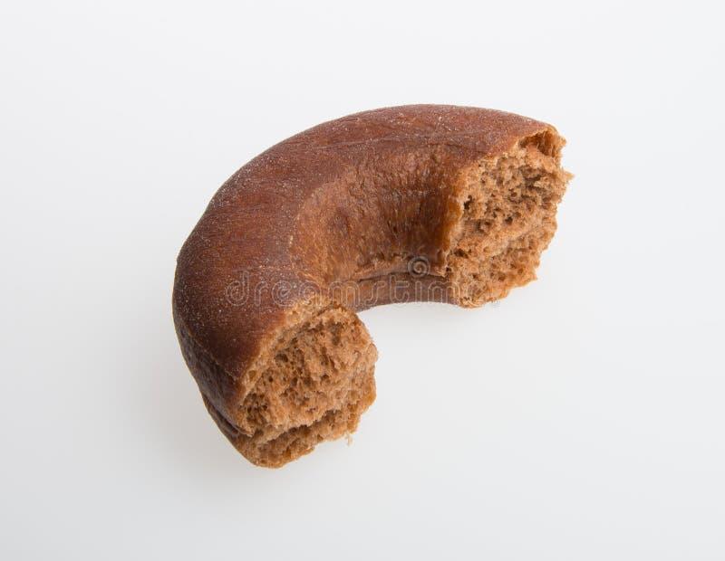 beignet ou beignet avec la morsure absente sur un fond photographie stock