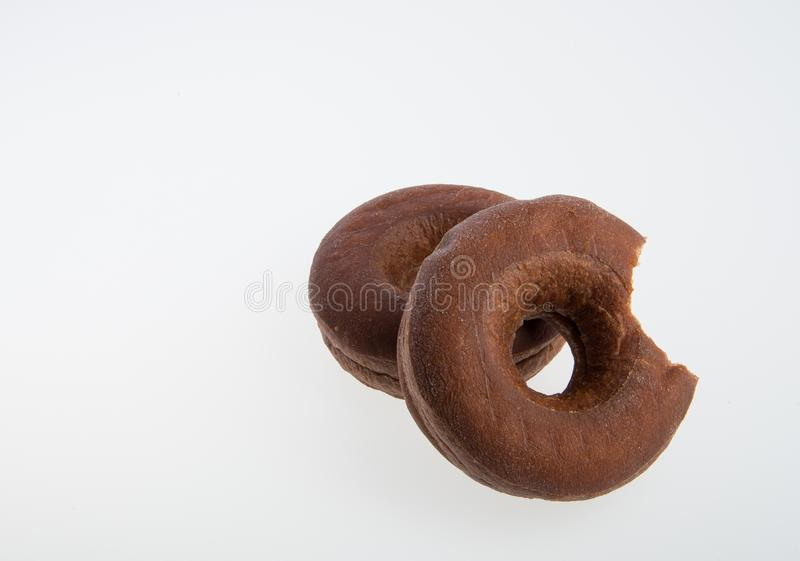 beignet ou beignet avec la morsure absente sur un fond photos stock