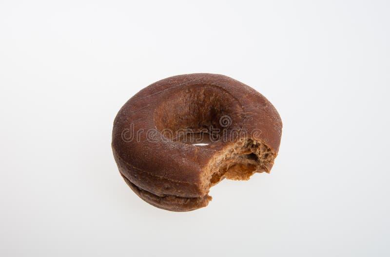 beignet ou beignet avec la morsure absente sur un fond photographie stock libre de droits