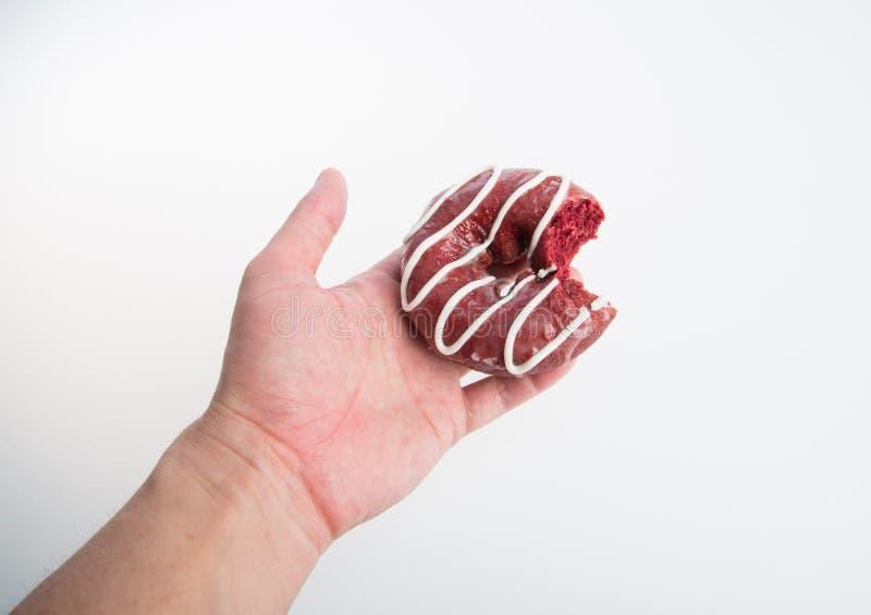 beignet ou beignet avec la morsure absente sur un fond photos libres de droits