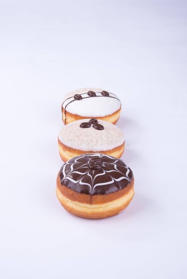 beignet ou beignet de chocolat sur un fond photos libres de droits