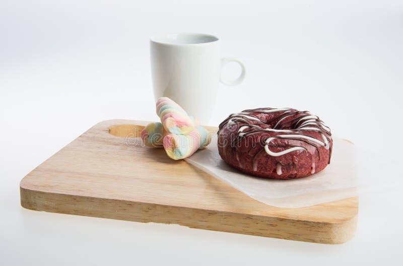 beignet ou beignet et café sur un fond image stock