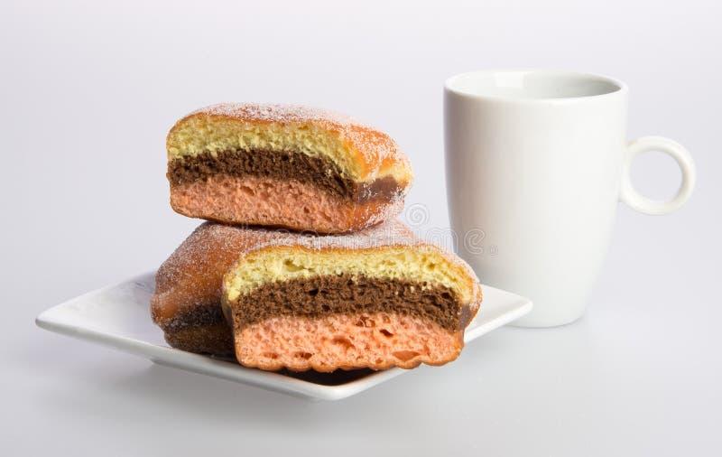 beignet ou beignet et café sur un fond photo stock