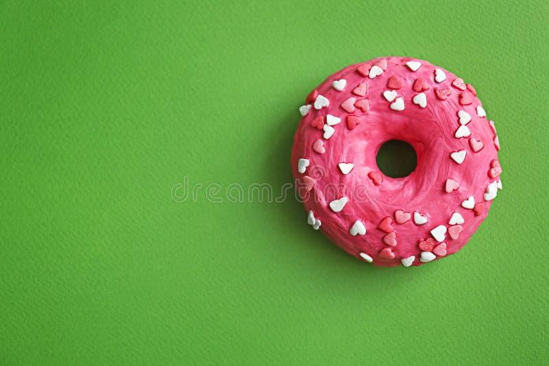 Beignet rose délicieux photographie stock libre de droits