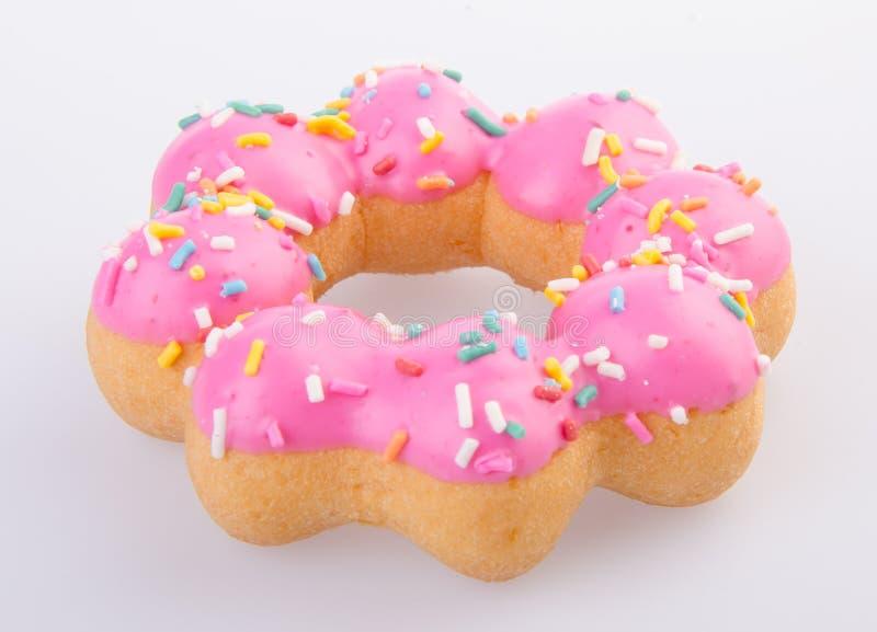 Beignet, beignet rose délicieux frais sur un fond images libres de droits