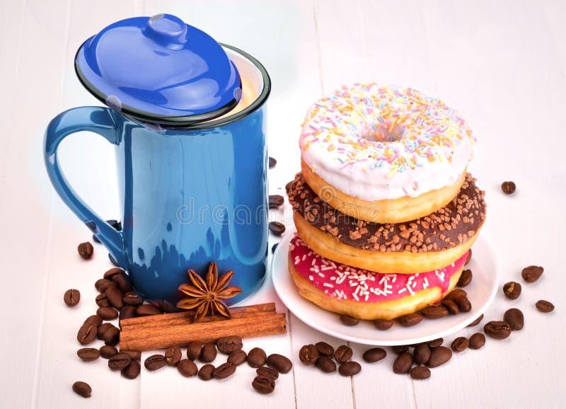 Beignet savoureux avec une tasse de café photographie stock