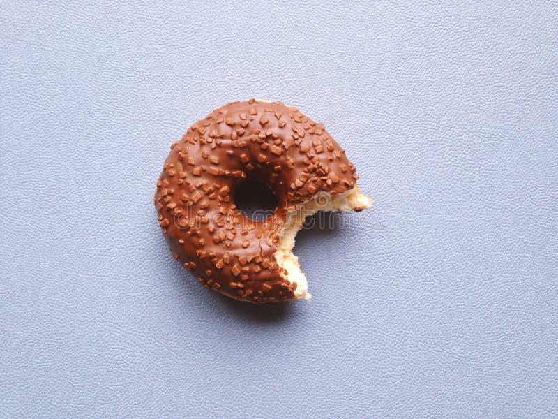 Beignet vitré de chocolat ou beignet avec manquer de morsure images libres de droits