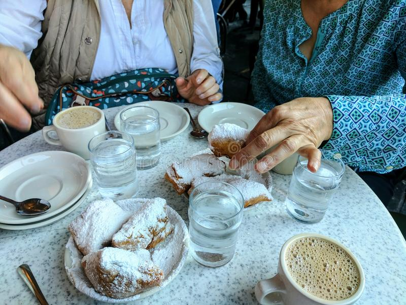 Beignets bei Cafe Du Monde in New Orleans, yum lizenzfreies stockfoto