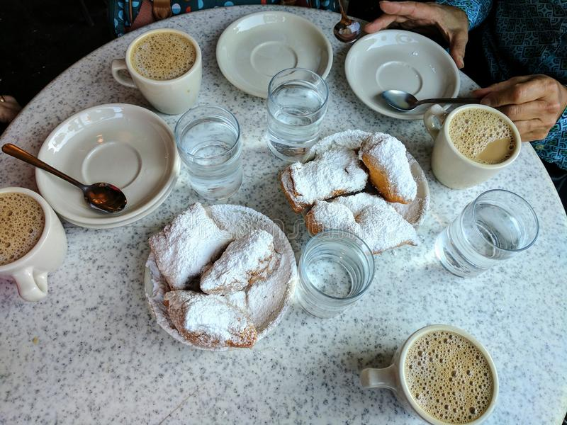 Beignets in Cafe Du Monde in New Orleans, yum royalty-vrije stock fotografie