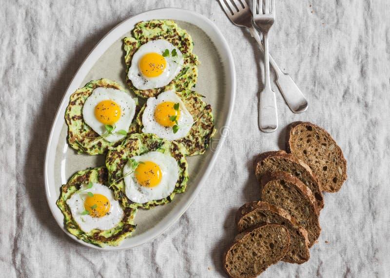 Beignets de courgette avec les oeufs sur le plat de caille Petit déjeuner ou casse-croûte délicieux sur une table grise, vue supé photographie stock libre de droits