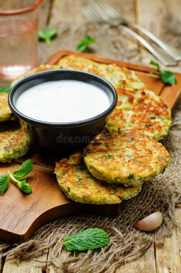Beignets de patate douce de chou-fleur avec de la sauce en bon état à yaourt grec image stock