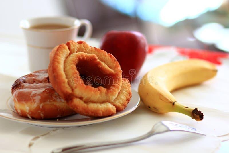 Beignets de petit déjeuner avec du café images stock
