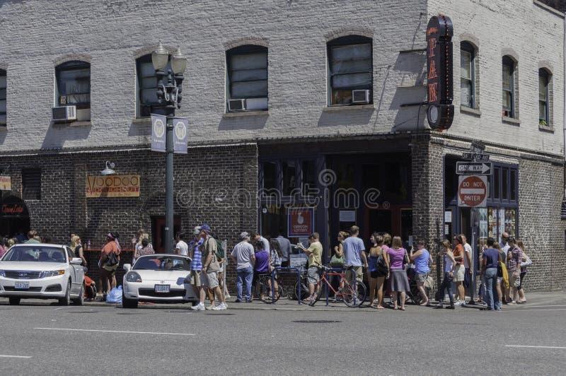 Beignets de vaudou à Portland, Orégon avec la longue file des clients image libre de droits