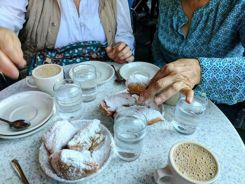 Beignets em Café Du Monde em Nova Orleães, yum foto de stock royalty free