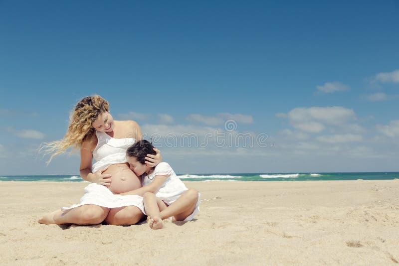 Beijando a barriga da mamã imagem de stock royalty free