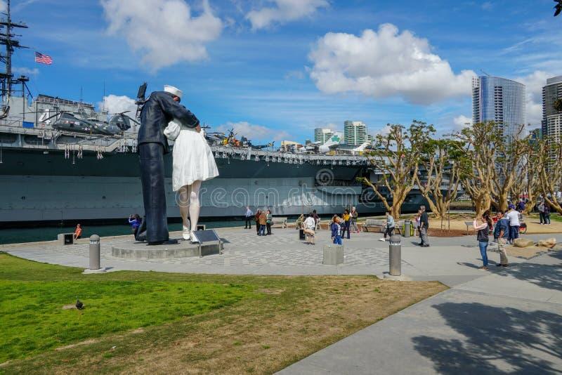 Beijando a estátua do marinheiro, porto de San Diego fotografia de stock royalty free