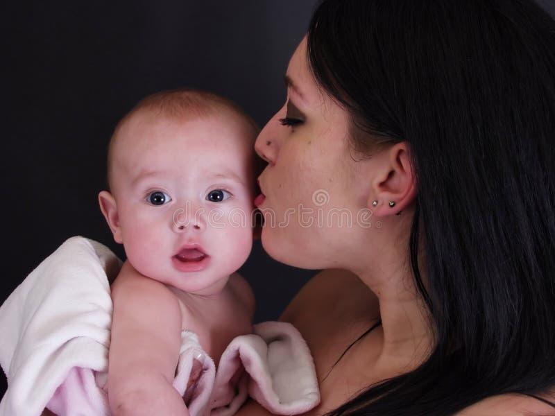 Beijando o bebê fotografia de stock