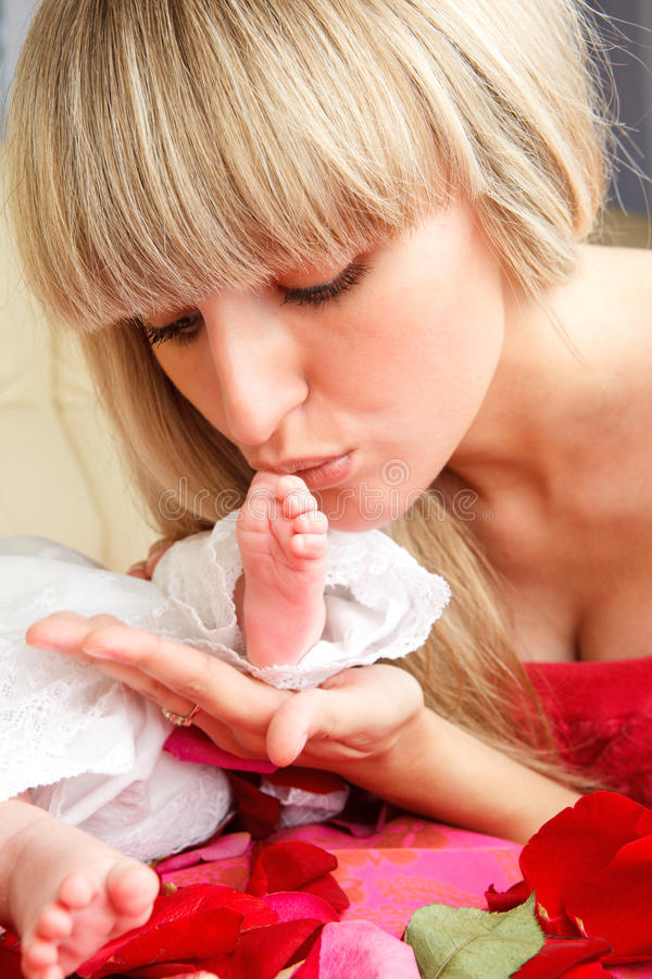 Beijando o pé do bebê fotografia de stock