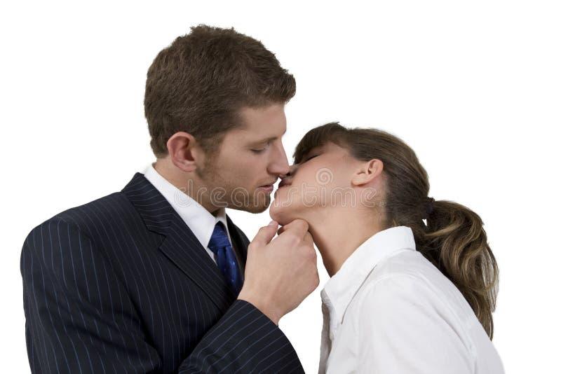 Beijando o pose dos pares imagens de stock royalty free