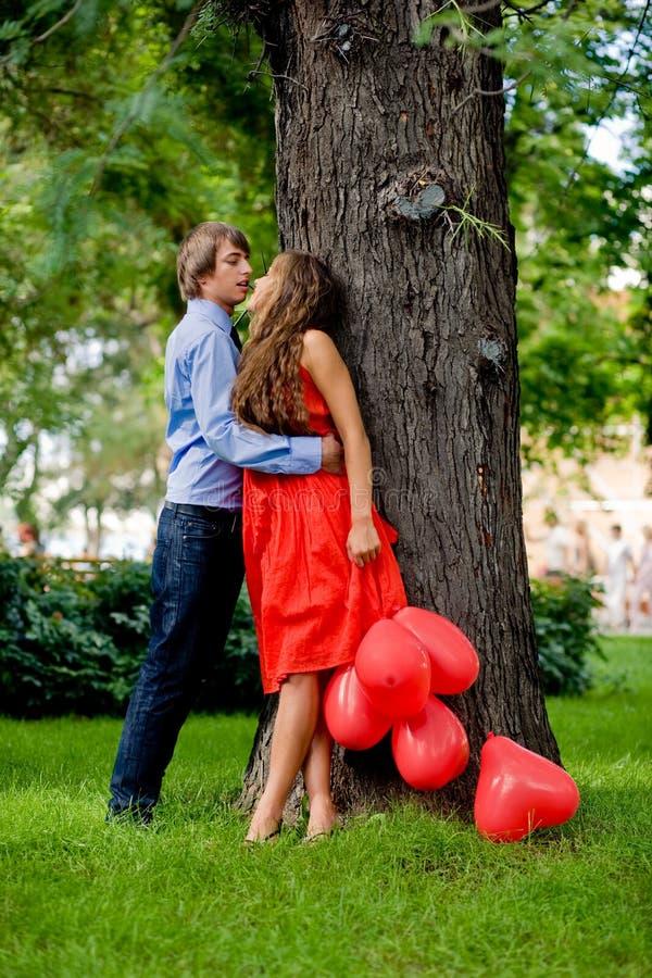 Beijando pares fotos de stock