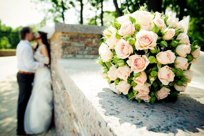 Beijando pares do casamento foto de stock