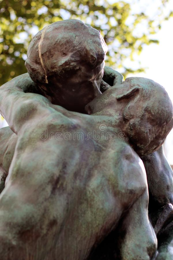 Beijando pares a escultura do beijo de Rodin amantes controversos imagens de stock