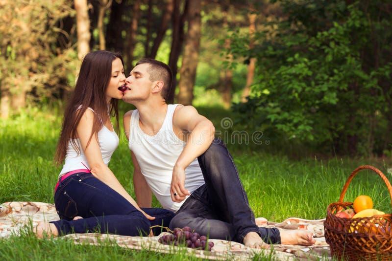 Beijando pares novos imagem de stock