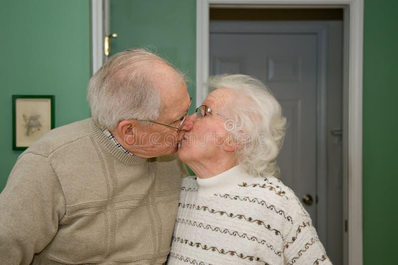 Beijando pares sênior imagens de stock royalty free