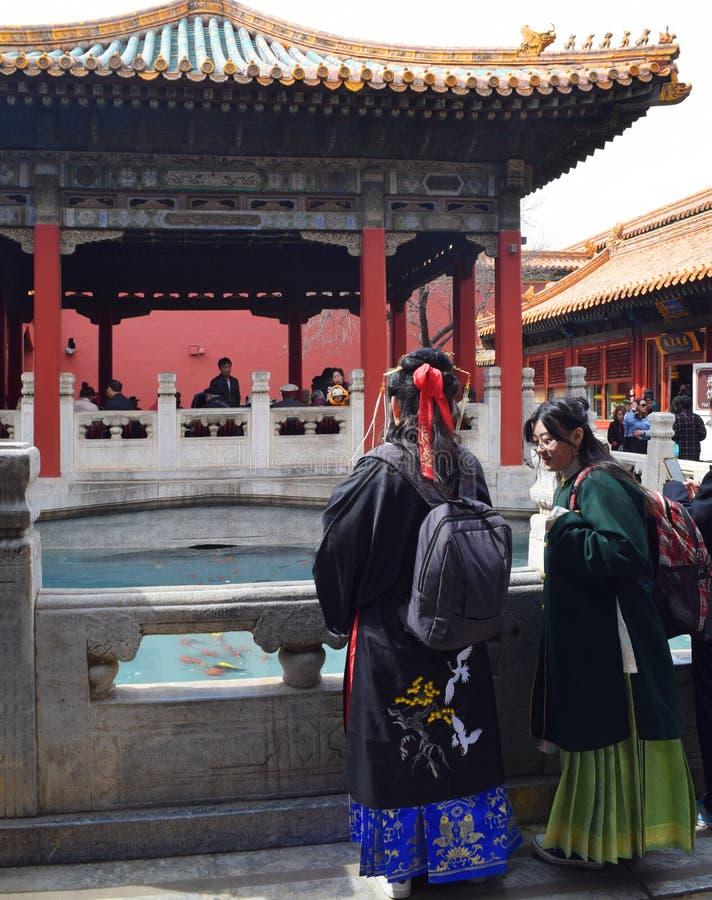 Beijin, Vietname - 30 de março de 2019: Mulheres que vestem o quimono tradicional em um templo na Cidade Proibida fotos de stock