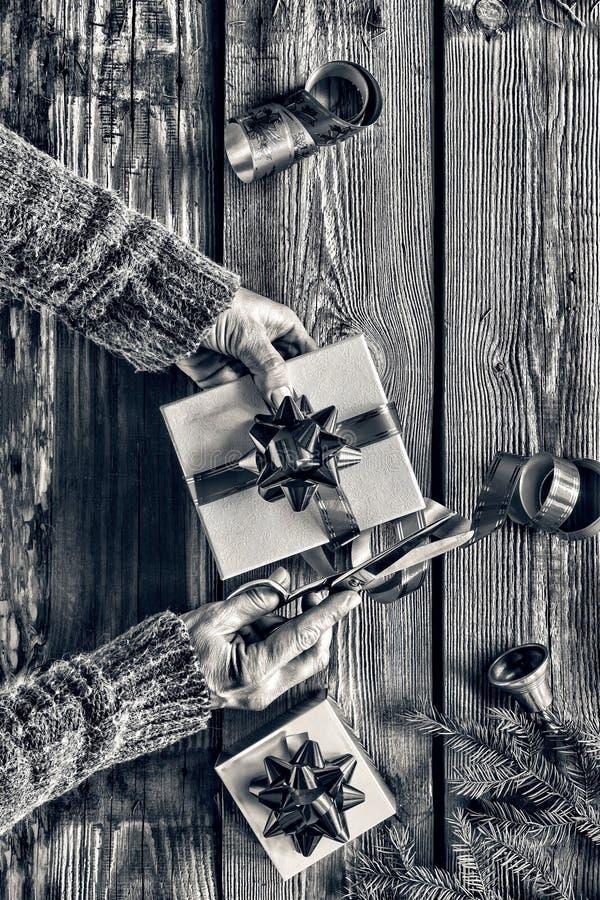 Beijing, China Förbereda en gåva för ` s för nytt år hemma Julklocka, julpynt, guld- snöflingor, fallande sno fotografering för bildbyråer