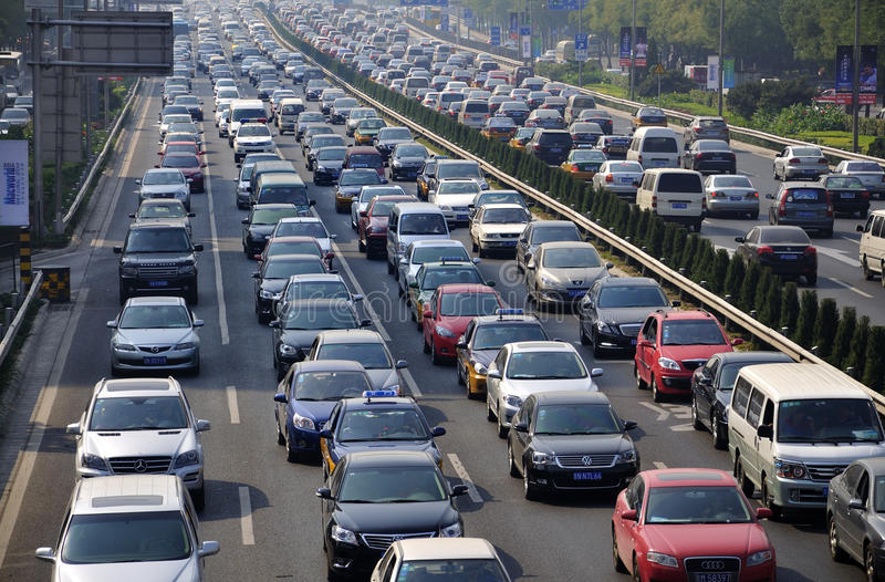Beijing tung trafikstockning och luftförorening royaltyfria bilder