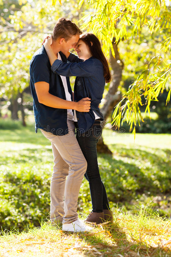 Beijo adolescente dos pares fotografia de stock