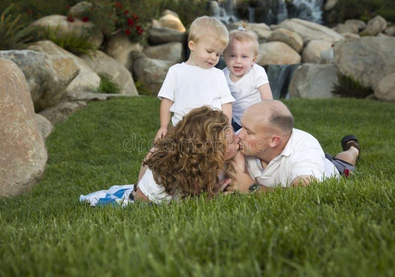 Beijo afectuoso dos pares como o olhar bonito dos gêmeos sobre imagem de stock royalty free