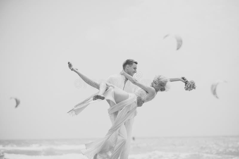 Beijo apaixonado, menino e menina dos pares Pares bonitos do casamento na praia fotos de stock