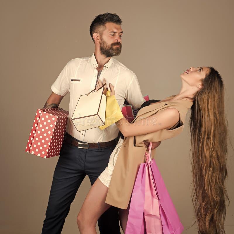 Beijo apaixonado, menino e menina dos pares a compra e a venda, pares felizes no amor guardam o saco de compras fotografia de stock
