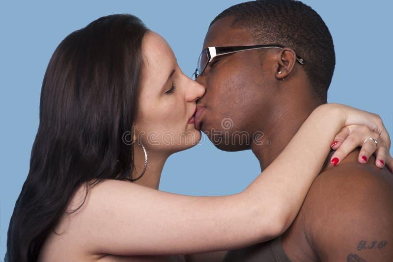 Beijo apaixonado uma mulher branca e um homem negro foto de stock