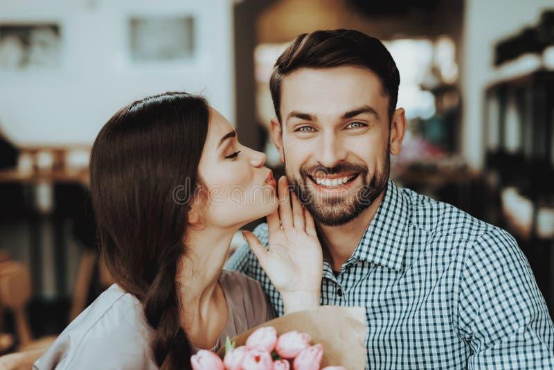 Beijo com homem Comemore dia o 8 de março grande feliz fotos de stock