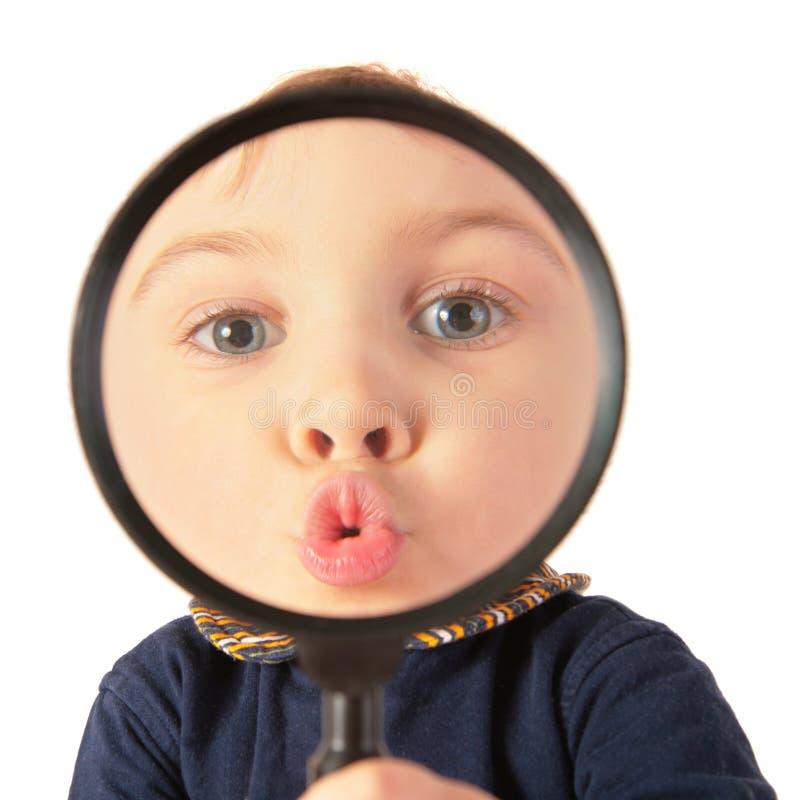 Beijo da criança através do magnifier fotografia de stock
