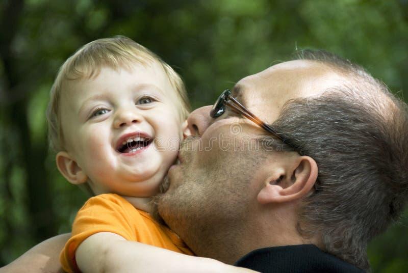 Beijo da família imagem de stock